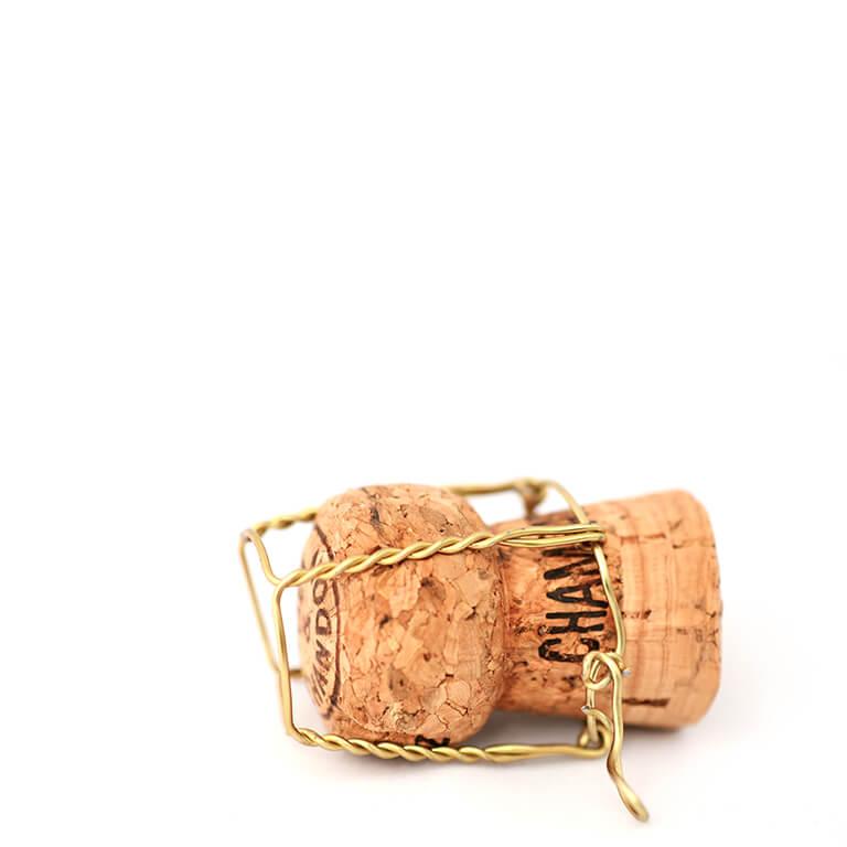 Ein liegender Champagnerkorken mit Agraffe / Positionierung