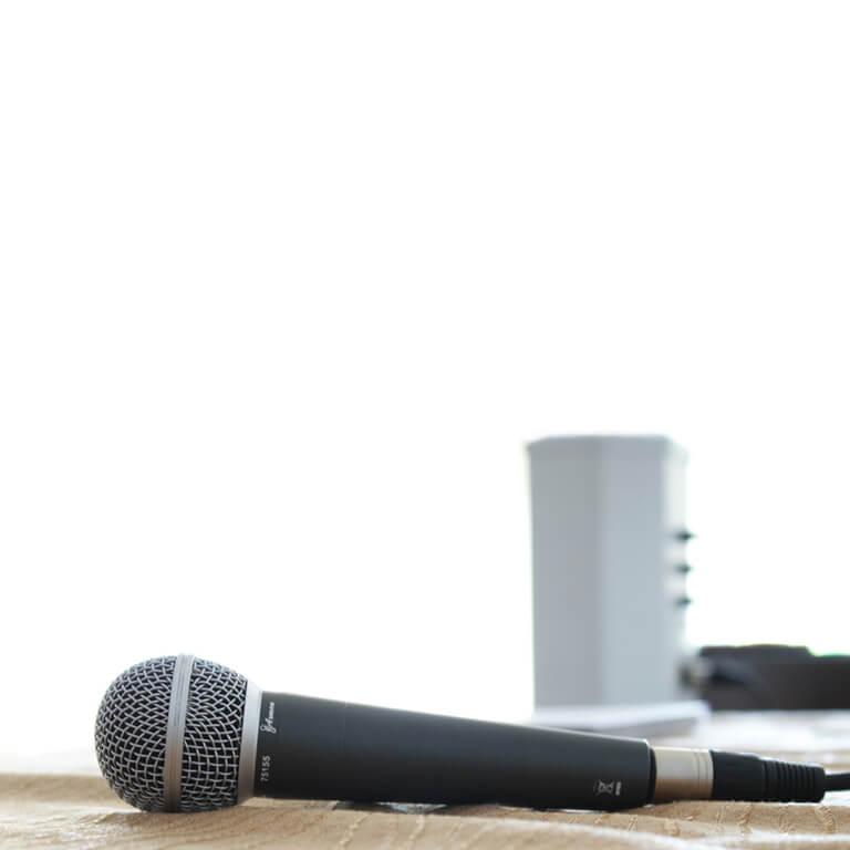 Für die Moderation liegt ein Mikrofon auf einem Tisch.