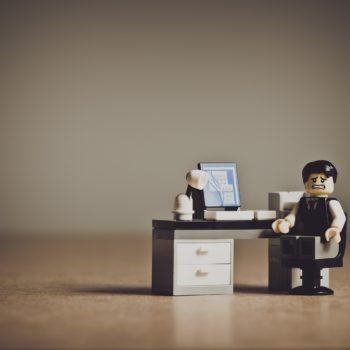 Lego-Männchen verzweifelt über Kununu-Bewertung